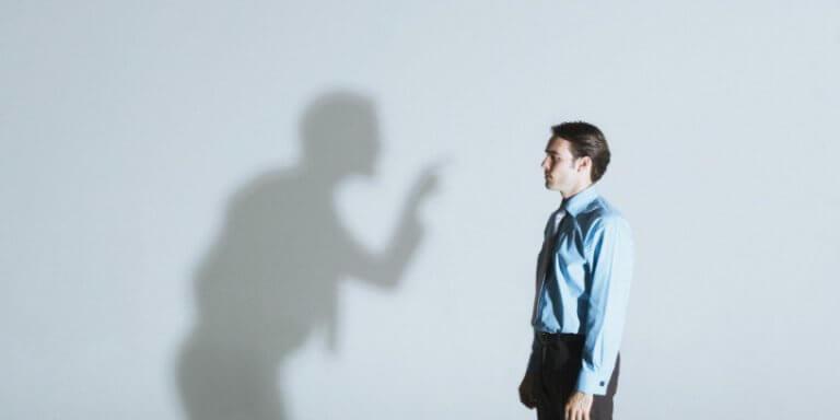 Pessoa tomando bronca da sua sombra