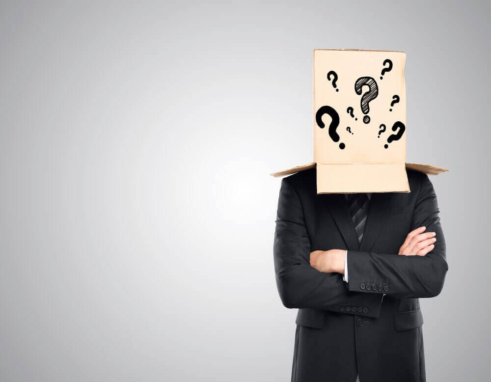 Pessoa com caixa na cabeça