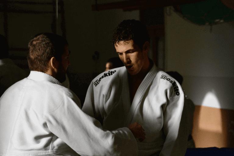 Homens lutando judô