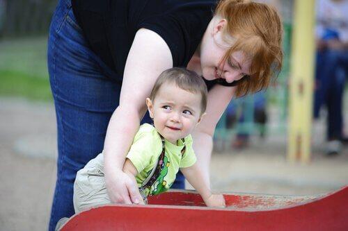 Mãe com o filho no parque