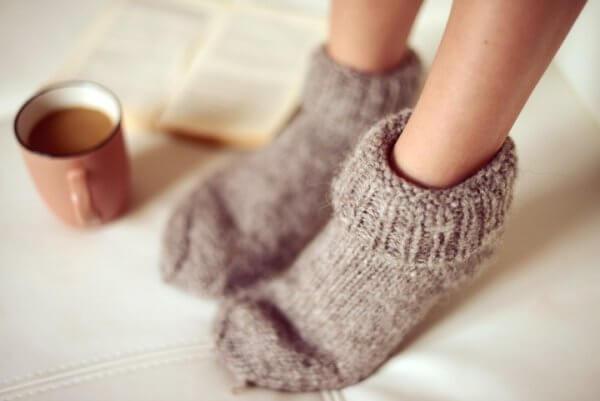 Mulher com meias e café com leite