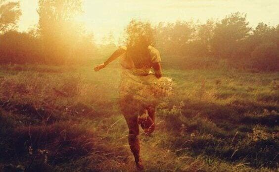 Mulher correndo na natureza