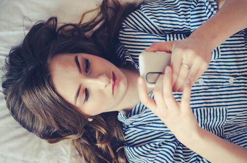 Adolescente usando o celular