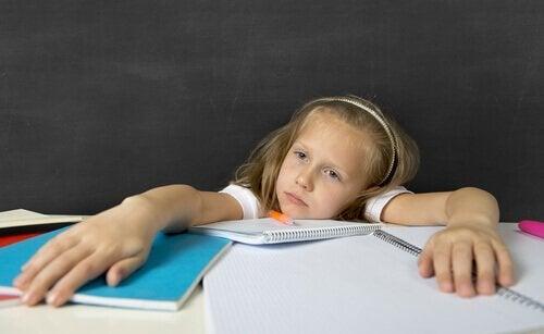 Criança entediada com o dever de casa