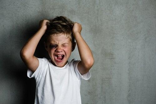 Menino com psicopatia infantil