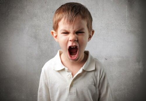 Menino gritando desesperado