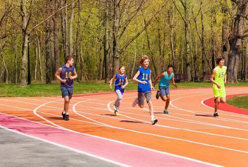 Crianças fazendo atletismo