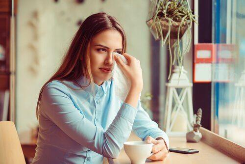 Mulher chorando em cafeteria