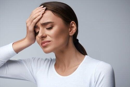 Para combater a dor de cabeça: mais água e menos paracetamol