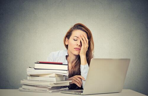 Mulher cansada estudando