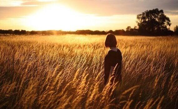 Mulher sozinha em campo de trigo