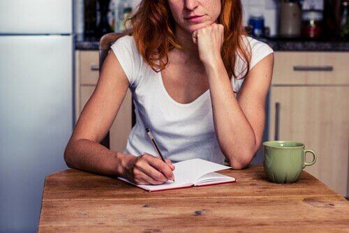 Mulher escrevendo em um diário