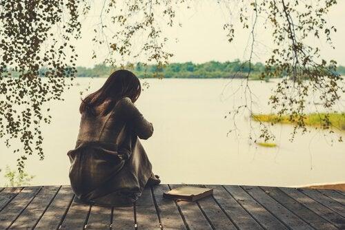 Mulher na beira de lago