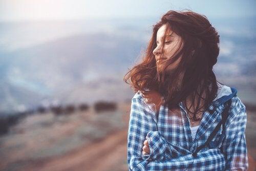 Mulher sentindo o vento na natureza