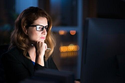 Mulher trabalhando à noite