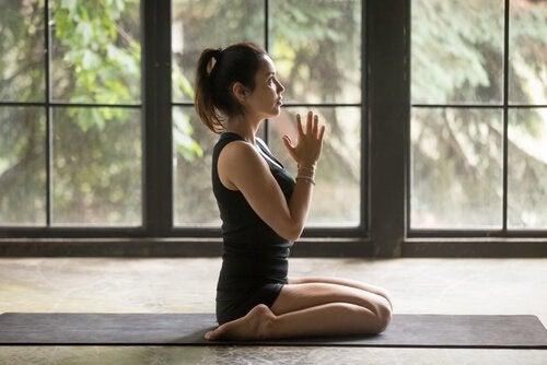 Mulher fazendo ioga em sua casa