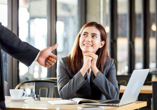 Mulher recebendo elogio no trabalho