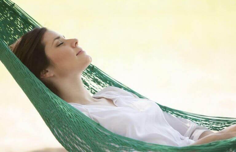 Mulher relaxando em rede