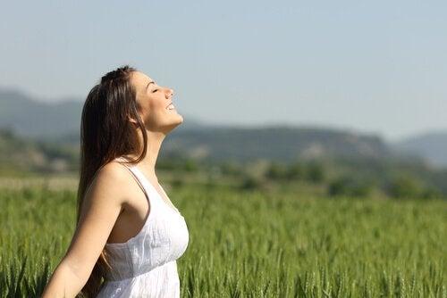 Mulher feliz em paisagem natural