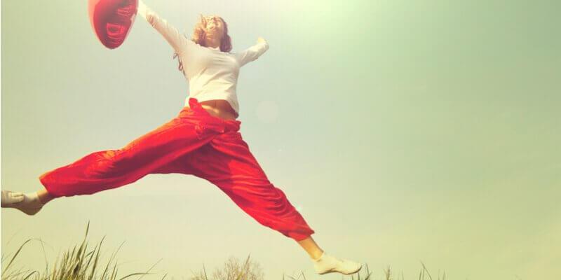 Mulher feliz pulando com balão
