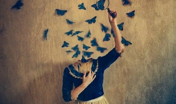 Mulher sem cabeça com borboletas