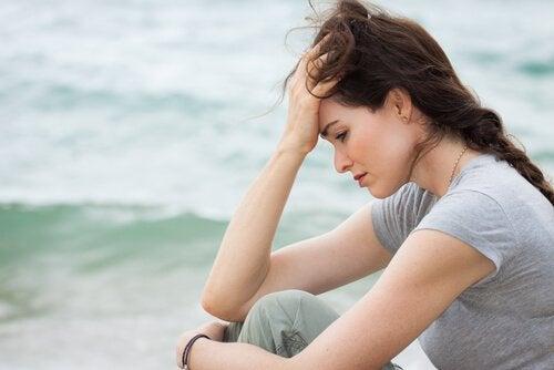 Mulher triste diante do mar