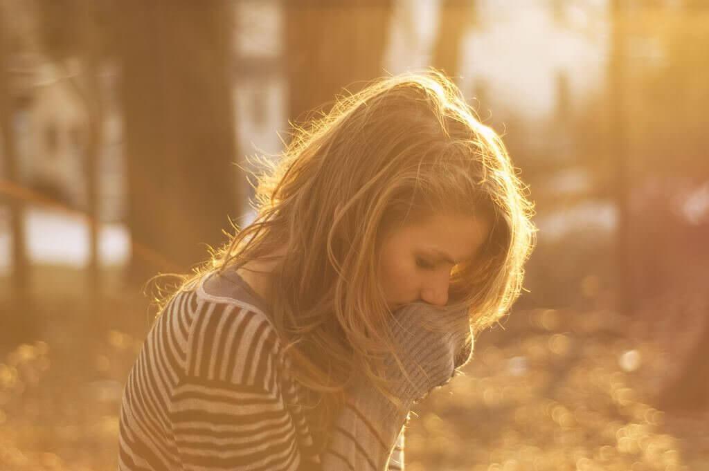 Mulher sofrendo de esgotamento emocional