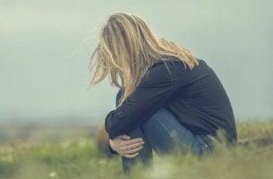 Mulher sentindo insegurança emocional