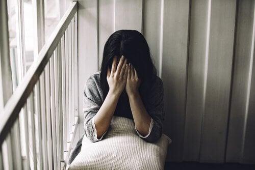 Mulher vítima de agressão sexual