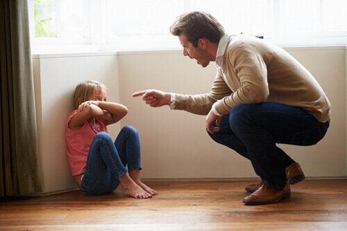 Pai brigando com a filha