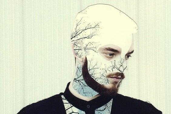 Homem com galhos de árvore no rosto