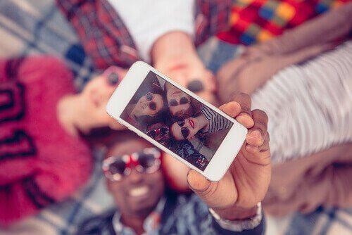 Amigos tirando selfie em grupo