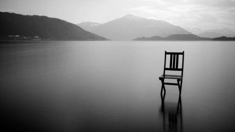 Cadeira solitária em lago