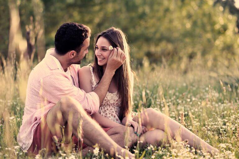 Casal unido em meio à natureza