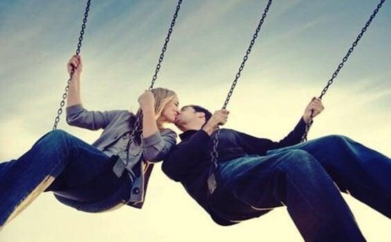 Casal apaixonado dando um beijo