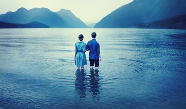 Casal codependente em lago