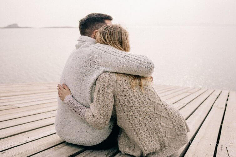 Casal abraçado em píer