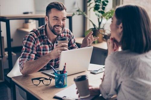 Colegas em ambiente de trabalho saudável