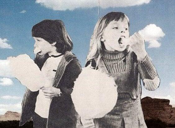 Crianças comendo algodão doce