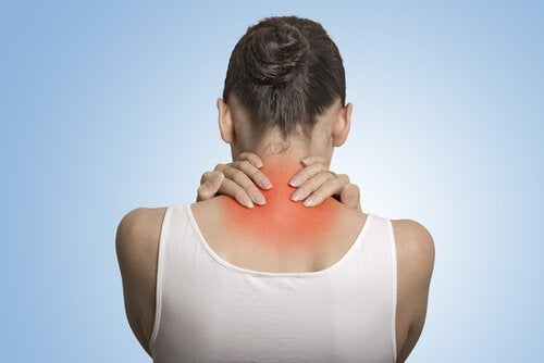 Mulher com dores no pescoço e nas costas