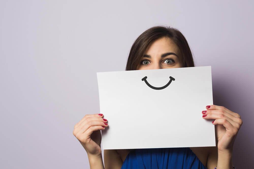 Mulher com sorriso desenhado