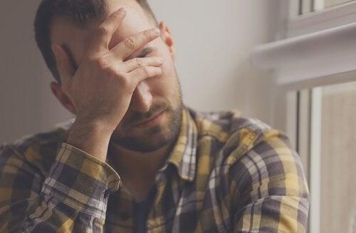 Homem preocupado com seus problemas