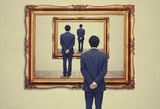 Pessoa se olhando em vários espelhos
