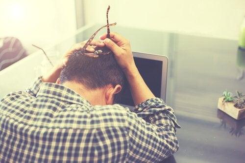 Homem estressado sem aproveitar o tempo livre