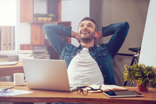 Homem feliz em seu trabalho