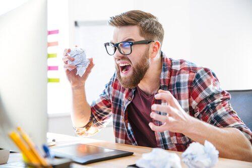 Homem impaciente e estressado no trabalho