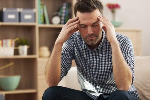Homem esgotado devido a interação social