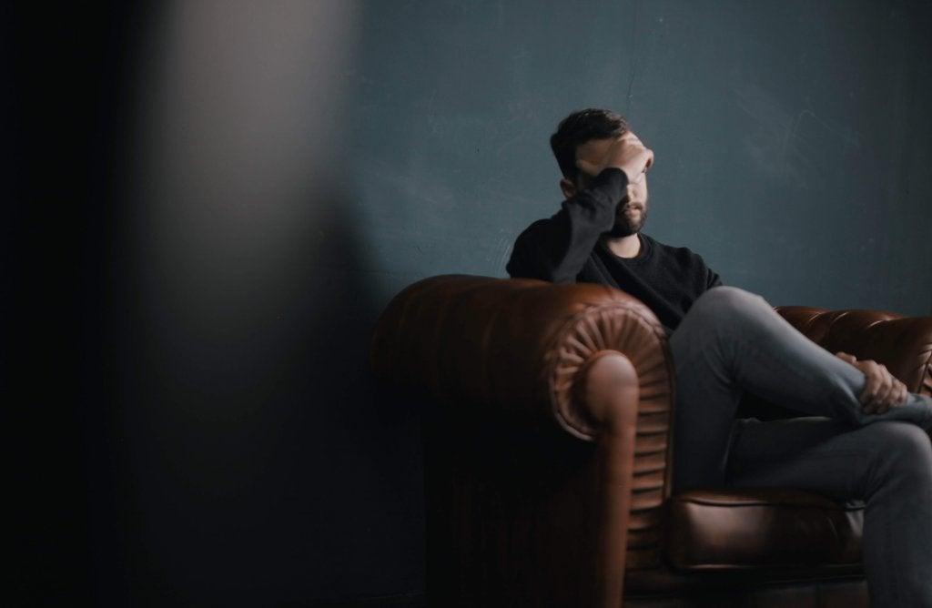 Homem em sala de espera de consultório terapêutico