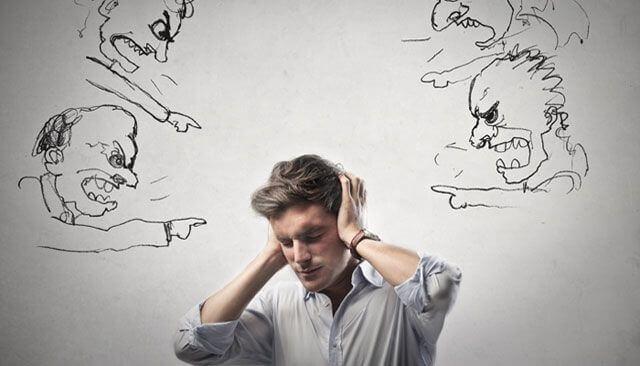 Homem atormentado por seus pensamentos