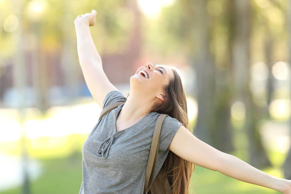 Mulher feliz livre de julgamentos